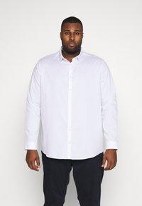 Burton Menswear London - BIG DOBBY STRETCHFOB - Camicia elegante - white - 0