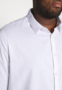 Burton Menswear London - BIG DOBBY STRETCHFOB - Camicia elegante - white - 4