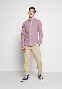 Burton Menswear London - LONG SLEEVEOXFORD GINGHAM  - Camicia - burgundy - 1
