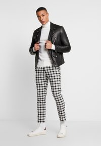 Burton Menswear London - TARTAN MONOCHROME CHECK - Tygbyxor - black - 1
