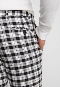 Burton Menswear London - TARTAN MONOCHROME CHECK - Tygbyxor - black - 4