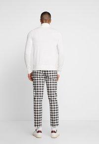 Burton Menswear London - TARTAN MONOCHROME CHECK - Tygbyxor - black - 2