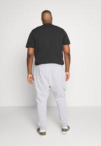 Burton Menswear London - BIG CORE CARGO JOGGER - Tracksuit bottoms - grey marl - 2