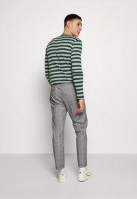 Burton Menswear London - SLIM CHECK FRONT PLEAT ELASTICATED - Kalhoty - grey - 2