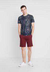 Burton Menswear London - SUMERBURG - Kraťasy - burgundy - 1