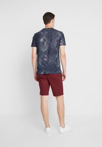 Burton Menswear London - SUMERBURG - Kraťasy - burgundy - 2