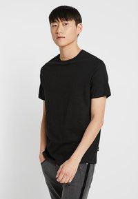Burton Menswear London - BASIC CREW 3 PACK MULTIPACK - Jednoduché triko - black/grey/white - 4