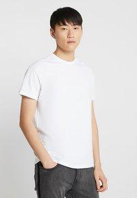 Burton Menswear London - BASIC CREW 3 PACK MULTIPACK - Jednoduché triko - black/grey/white - 2