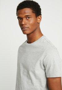 Burton Menswear London - BASIC CREW 7 PACK - Jednoduché triko - white/grey/navy - 4