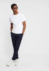 Burton Menswear London - BASIC CREW 7 PACK - Jednoduché triko - white/grey/navy - 1