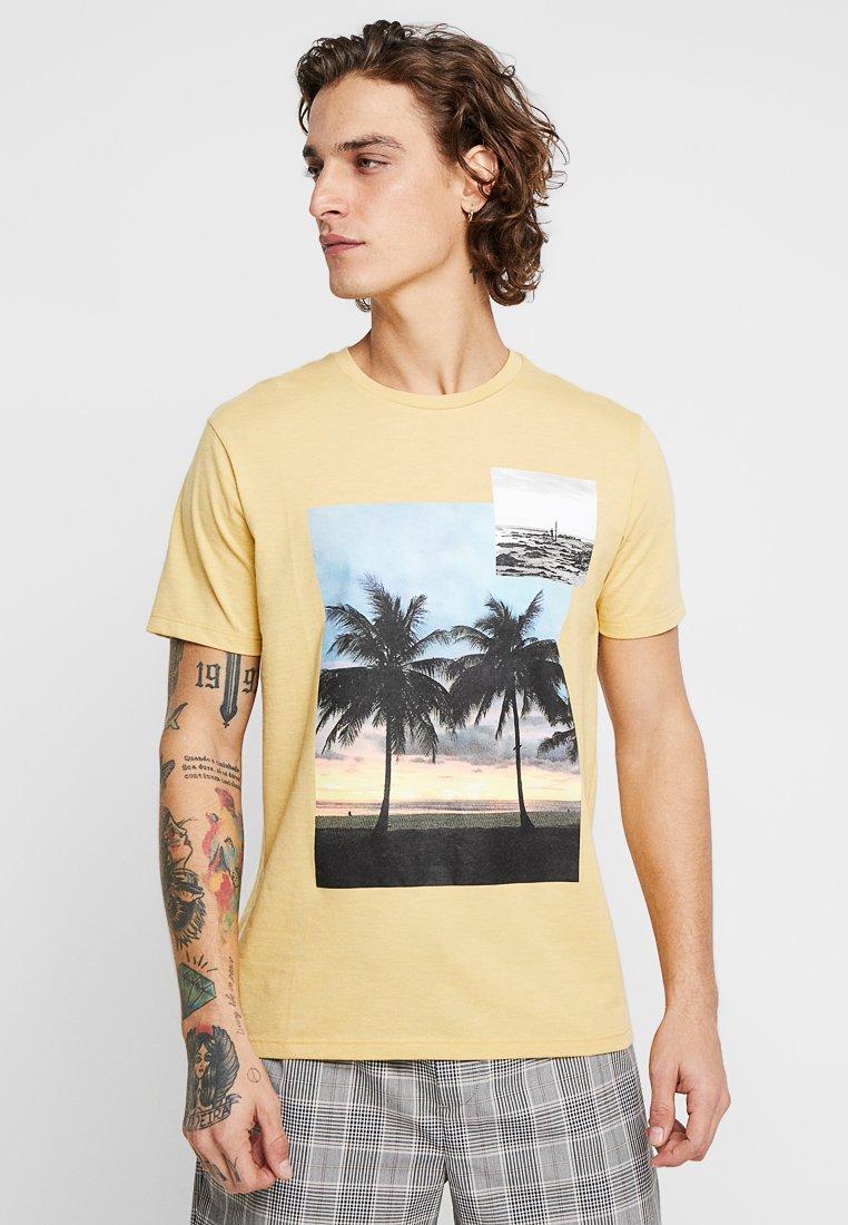 Burton Menswear London - BEACH PHOTOGRAHIC TEE - T-Shirt print - yellow
