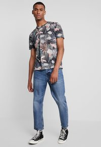 Burton Menswear London - TROP FLORA - T-shirt med print - navy - 1