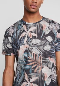 Burton Menswear London - TROP FLORA - T-shirt med print - navy - 4