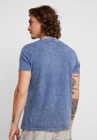Burton Menswear London - WASH MOTOR - Triko spotiskem - blue - 2