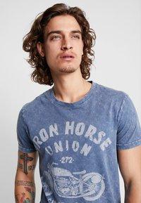 Burton Menswear London - WASH MOTOR - Triko spotiskem - blue - 3