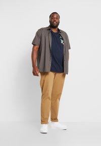 Burton Menswear London - TOUCAN POCKET - T-shirt print - navy - 1