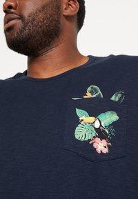 Burton Menswear London - TOUCAN POCKET - T-shirt print - navy - 4
