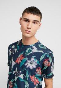 Burton Menswear London - ZIG ZAG PRINTED FLORAL ALL OVER - T-shirt print - navy - 4