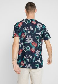 Burton Menswear London - ZIG ZAG PRINTED FLORAL ALL OVER - T-shirt print - navy - 2