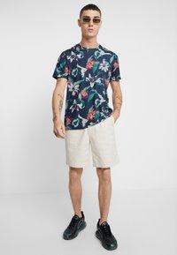 Burton Menswear London - ZIG ZAG PRINTED FLORAL ALL OVER - T-shirt print - navy - 1