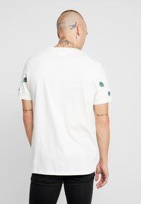 Burton Menswear London - ALL OVER LEAF  - T-shirt med print - ecru - 2