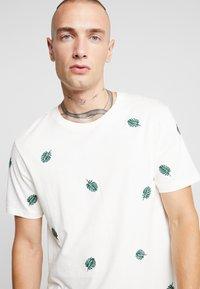 Burton Menswear London - ALL OVER LEAF  - T-shirt med print - ecru - 4