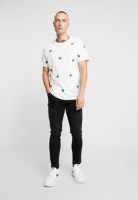 Burton Menswear London - ALL OVER LEAF  - T-shirt med print - ecru - 1
