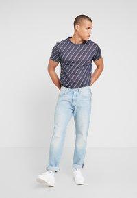 Burton Menswear London - DIAGONAL STRIPE - Printtipaita - navy - 1