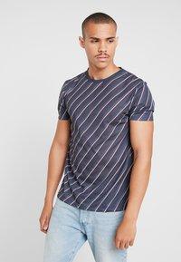 Burton Menswear London - DIAGONAL STRIPE - Printtipaita - navy - 0