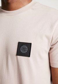 Burton Menswear London - STADIUM  - Triko spotiskem - pink - 4