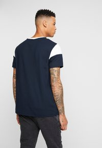 Burton Menswear London - CHEST BLOCK - Triko s potiskem - navy - 2