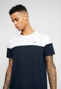 Burton Menswear London - CHEST BLOCK - Triko s potiskem - navy - 3