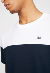 Burton Menswear London - CHEST BLOCK - Triko s potiskem - navy - 5