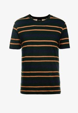 HORIZONTAL SCARAB PIQUE STRIPE - T-shirt print - green