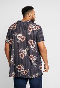 Burton Menswear London - FLORAL STRIPE - Print T-shirt - black - 2