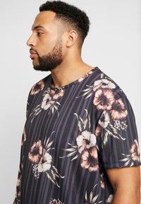 Burton Menswear London - FLORAL STRIPE - Print T-shirt - black - 4