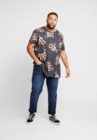 Burton Menswear London - FLORAL STRIPE - T-shirts med print - black - 1