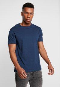 Burton Menswear London - BASIC CREW 5PACK - T-shirt - bas - charcoal marl/scarab/rich blue/burgundy - 2