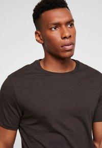 Burton Menswear London - BASIC CREW 5PACK - T-shirt - bas - charcoal marl/scarab/rich blue/burgundy - 5