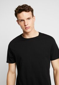 Burton Menswear London - BASIC CREW 5 PACK - Basic T-shirt - white - 6