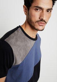 Burton Menswear London - SPLICE TEE - T-shirts med print - grey - 4