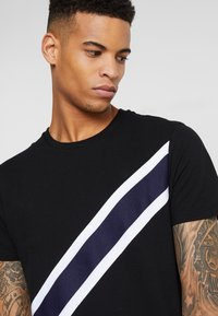 Burton Menswear London - TAPE DIAGO - Printtipaita - black - 3
