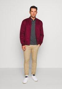 Burton Menswear London - GEO PRINT - Poloskjorter - navy - 1