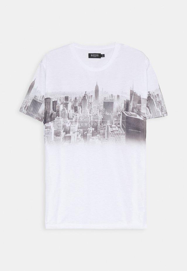 CHEST PLACEMENT CITY FADE - Camiseta estampada - white