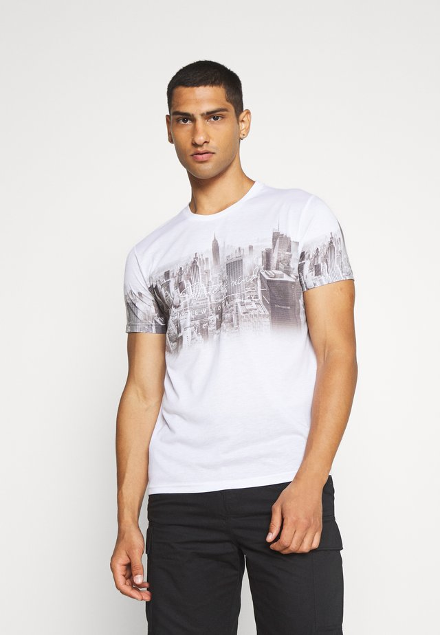 CHEST PLACEMENT CITY FADE - T-shirt z nadrukiem - white