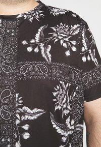 Burton Menswear London - BANDANA FLORAL PLACEMENT TEE - Print T-shirt - black - 5