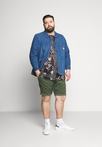 Burton Menswear London - BANDANA FLORAL PLACEMENT TEE - Print T-shirt - black - 1