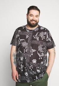Burton Menswear London - BANDANA FLORAL PLACEMENT TEE - Print T-shirt - black - 0