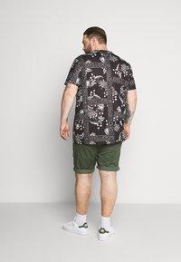 Burton Menswear London - BANDANA FLORAL PLACEMENT TEE - Print T-shirt - black - 2