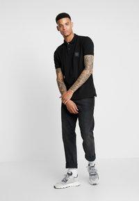 Burton Menswear London - STADIUM WAFFLE BADGE - Piké - black - 1